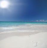 Spiaggia ed oceano tropicali con le orme Immagini Stock Libere da Diritti