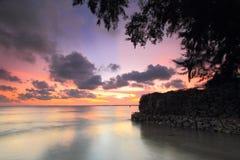 Spiaggia ed onda sul tramonto Fotografia Stock