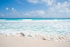 Spiaggia ed onde Fotografie Stock