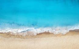 Spiaggia ed onde dalla vista superiore Fondo dell'acqua del turchese dalla vista superiore Vista sul mare di estate da aria fotografia stock libera da diritti