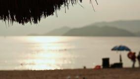 Spiaggia esotica con le siluette Vietnam delle chaise-lounge del sole La città di Nha Trang archivi video