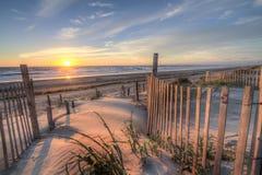 Spiaggia esterna delle banche ad alba dalle dune di sabbia Immagine Stock