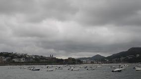 Spiaggia famosa del Concha della La veduta dal pilastro a Donostia San Sebastian, la città costiera sul Golfo di Biscaglia video d archivio