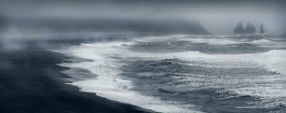 Spiaggia famosa del nero di Reynisfjara sulla costa sud dell'Islanda dalla scogliera di Durholaey fotografia stock libera da diritti