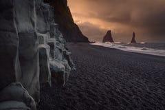 Spiaggia famosa del nero di Reynisfjara sulla costa sud dell'Islanda fotografia stock