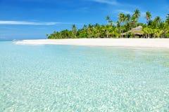 Spiaggia fantastica del turchese con le palme e la sabbia bianca Immagini Stock