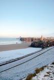 Spiaggia fredda di inverni con il castello Fotografia Stock Libera da Diritti