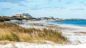 Spiaggia Front Houses alla costa Immagini Stock