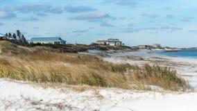 Spiaggia Front Houses alla costa Fotografie Stock Libere da Diritti