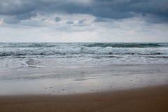 Spiaggia greca con acqua del turchese in un giorno nuvoloso fotografia stock libera da diritti