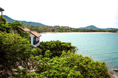 Spiaggia idilliaca di scena all'isola ed alle ville di Samui sopra Fotografia Stock
