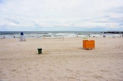 Spiaggia il giorno nuvoloso fotografia stock libera da diritti