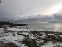 Spiaggia innevata. Una spiaggia innevata con i suoi nuvoloni stock photo