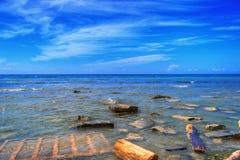 Spiaggia inquinante con rifiuti Fotografie Stock Libere da Diritti