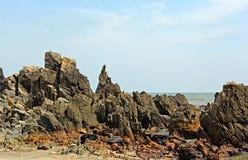 Spiaggia irregolare di Arambol della linea costiera in Goa India Immagine Stock