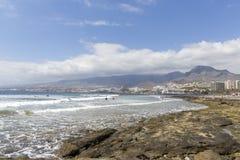 Spiaggia in Las Americas Tiri per i surfisti, in Tenerife, la Spagna Spiaggia di pietra Las Americas, Tenerife di Playa de fotografie stock
