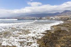 Spiaggia in Las Americas Tiri per i surfisti, in Tenerife, la Spagna Spiaggia di pietra Las Americas, Tenerife di Playa de fotografie stock libere da diritti