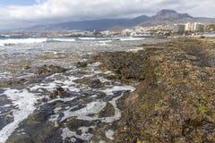 Spiaggia in Las Americas Tiri per i surfisti, in Tenerife, la Spagna Spiaggia di pietra Las Americas, Tenerife di Playa de immagini stock