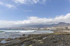 Spiaggia in Las Americas Tiri per i surfisti, in Tenerife, la Spagna Spiaggia di pietra Las Americas, Tenerife di Playa de fotografia stock libera da diritti