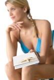 Spiaggia - libro con le stelle marine, donna nella priorità bassa fotografie stock libere da diritti
