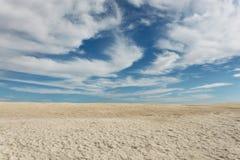 Spiaggia lunga delle coperture nella baia dello squalo in Australia occidentale con cielo blu ai precedenti Immagini Stock Libere da Diritti