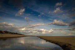 Spiaggia lunga, vuota e pulita di Stogi della sabbia nel tramonto vicino a Danzica, Polonia con cielo blu drammatico fotografia stock