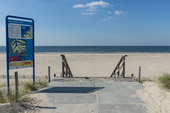 Spiaggia a Maasvlakte Rotterdam con il segnale di informazione Fotografie Stock