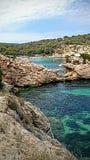 Spiaggia Mallorca di caglio dei portali di vista sul mare Fotografie Stock Libere da Diritti
