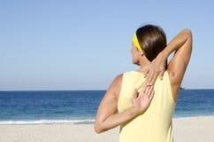 Spiaggia matura di esercizio del tratto della donna Fotografie Stock Libere da Diritti