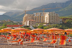 Spiaggia Mediterranea e costruzione dell'appartamento moderno del seaview Immagini Stock