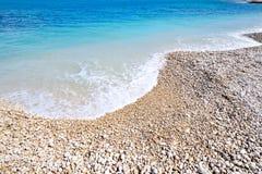 Spiaggia mediterranea nell'estate Fotografie Stock