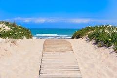 Spiaggia mediterranea nell'estate Immagini Stock