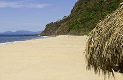 Spiaggia messicana a distanza dell'Oceano Pacifico immagine stock libera da diritti