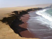Spiaggia a mezzaluna con la sabbia di colore marrone scuro Immagini Stock Libere da Diritti