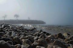 Spiaggia nel giorno nebbioso fotografia stock