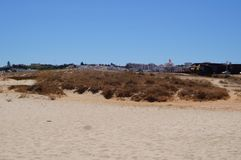 Spiaggia nel sud del Portogallo - afferri la presa della vista di vista fuori, senza carattere e del giorno Fotografia Stock Libera da Diritti