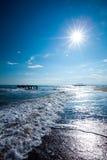 Spiaggia nel tempo di alba La spiaggia al tramonto Immagine Stock
