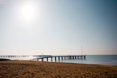 Spiaggia nel tempo di alba La spiaggia al tramonto Immagini Stock