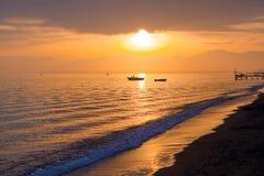 Spiaggia nel tempo di alba La spiaggia al tramonto Fotografia Stock