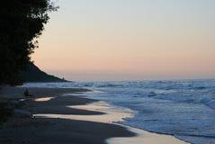 Spiaggia nel tramonto fotografia stock