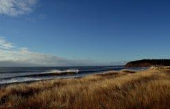 Spiaggia nella caduta con le onde Fotografia Stock