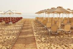 Spiaggia nella località di soggiorno di estate Immagini Stock Libere da Diritti