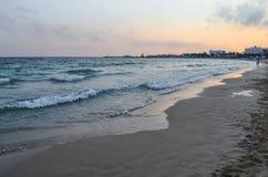 Spiaggia nella sera al tramonto La Grecia Fotografia Stock Libera da Diritti