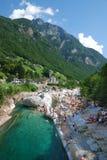 Spiaggia nelle alpi dello svizzero di estate. Immagini Stock