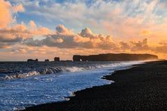Spiaggia nera della sabbia in Islanda Fotografia Stock