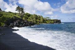 Spiaggia nera della sabbia in Maui. Fotografia Stock