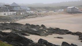 Spiaggia Newquay Cornovaglia di Fistral dopo danni provocati dal maltempo video d archivio