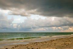 Spiaggia nuvolosa Fotografia Stock Libera da Diritti