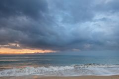 Spiaggia nuvolosa della tempesta immagine stock libera da diritti
