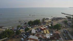 Spiaggia occupata del litorale di Conacry, Guinea video d archivio